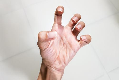 kéz ujjak fájdalma)