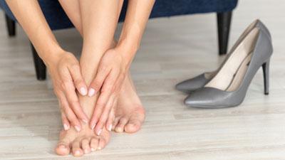 lüktető fájdalom a lábujj ízületében)