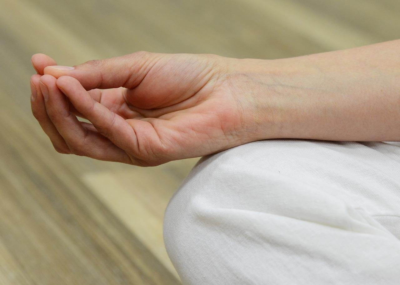 a jobb kéz középső ujja fáj az ízületre)