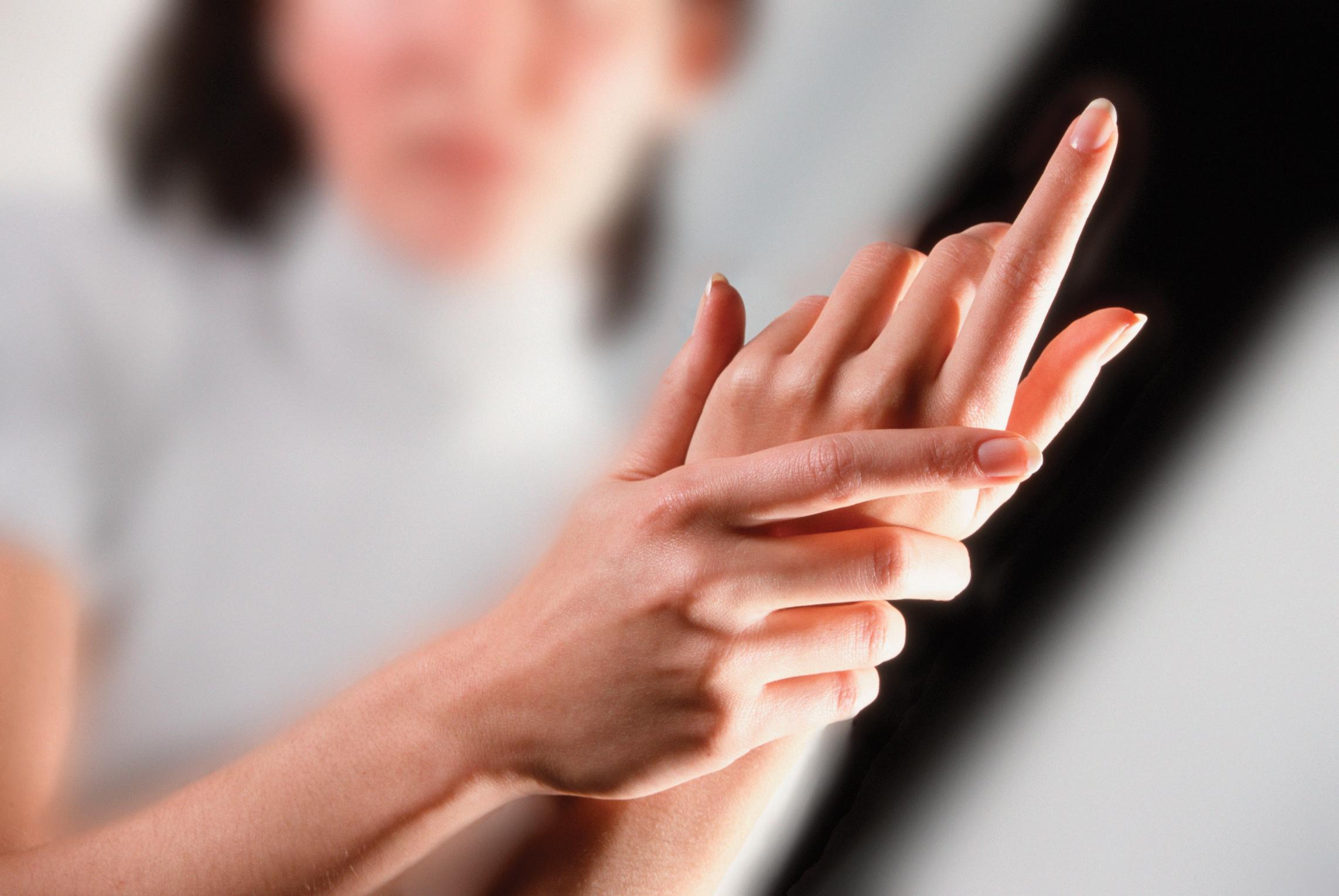 az ujjak ízületei fájni kezdtek)