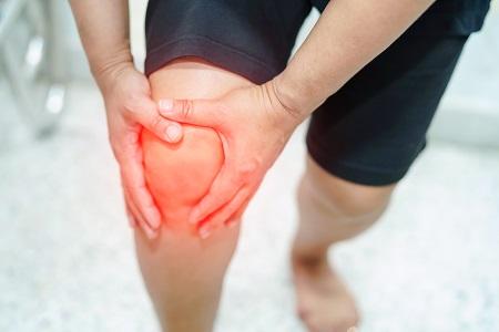 fájdalom és nyikorgás a térdízületben