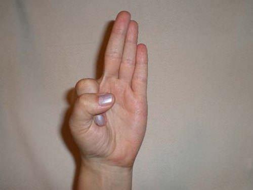 Karbafont kéz, zsebredugott hüvelykujjak - Ezt jelentik a különböző kéztartások | Femcafe