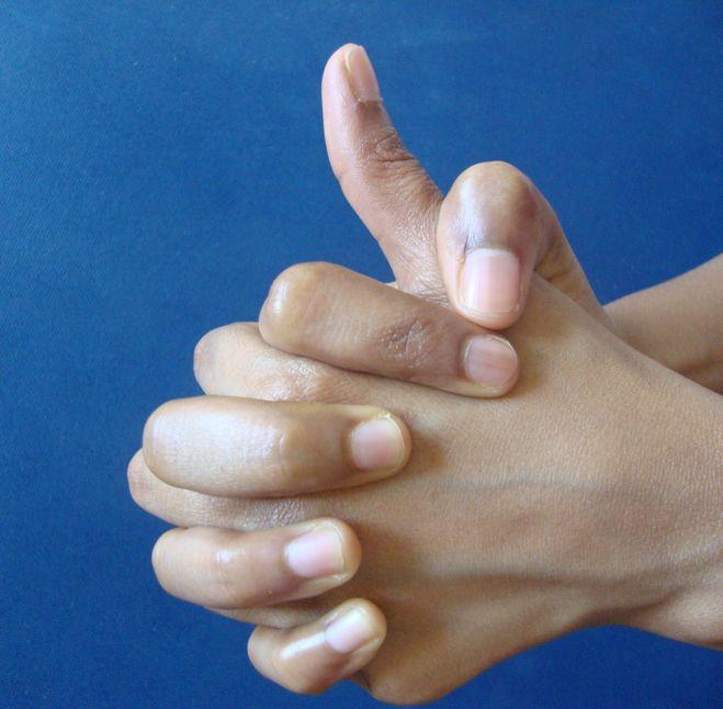 mindkét kéz hüvelykujjai)