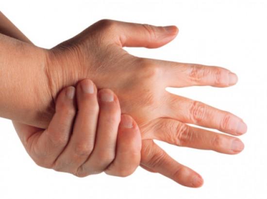 fájdalom az ujjak középső ízületeiben